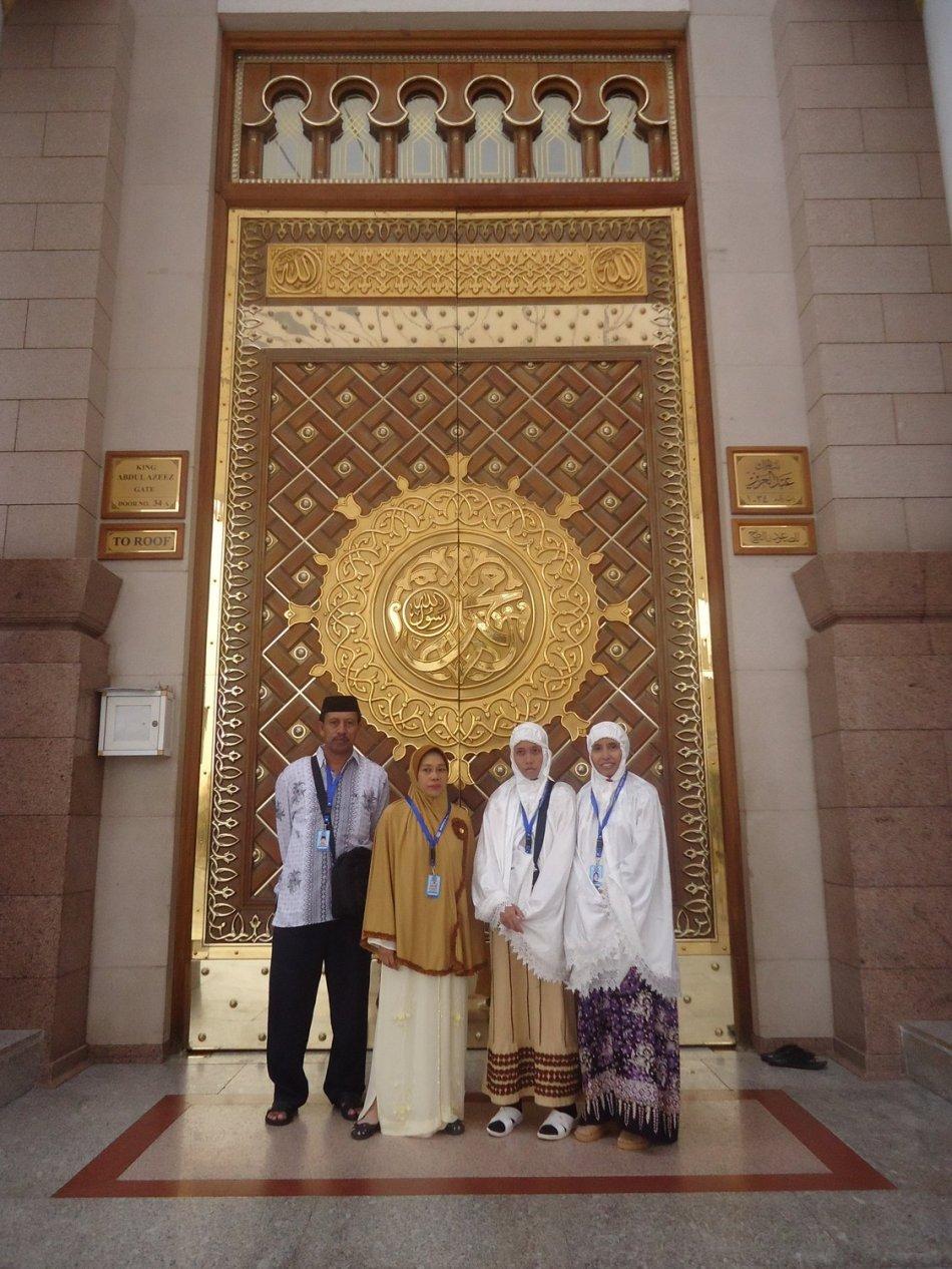Salah satu pintu Masjid Nabawi, Berlapis Emas