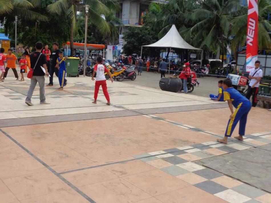 Anak-anak Makassar bermain Sallo