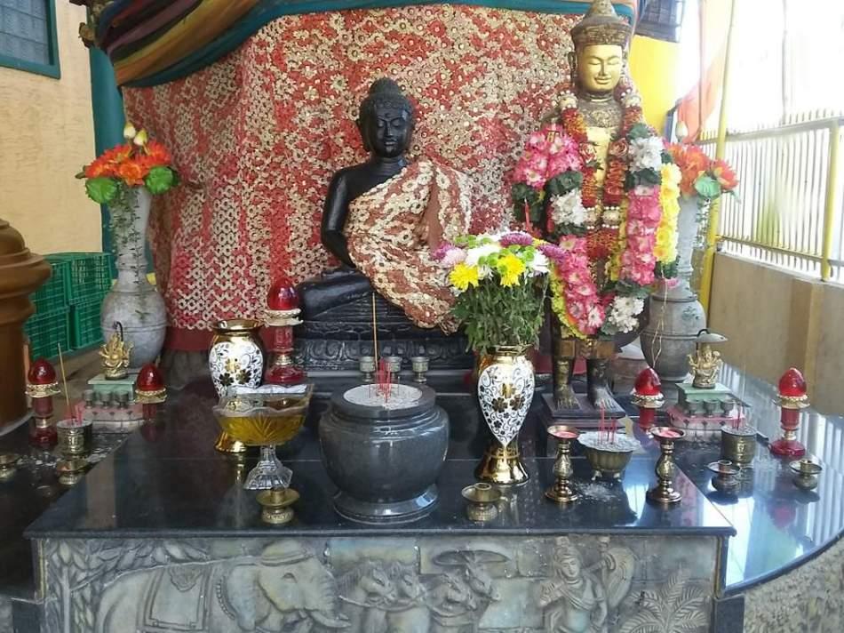 2 Patung yang berada di Luar Vihara