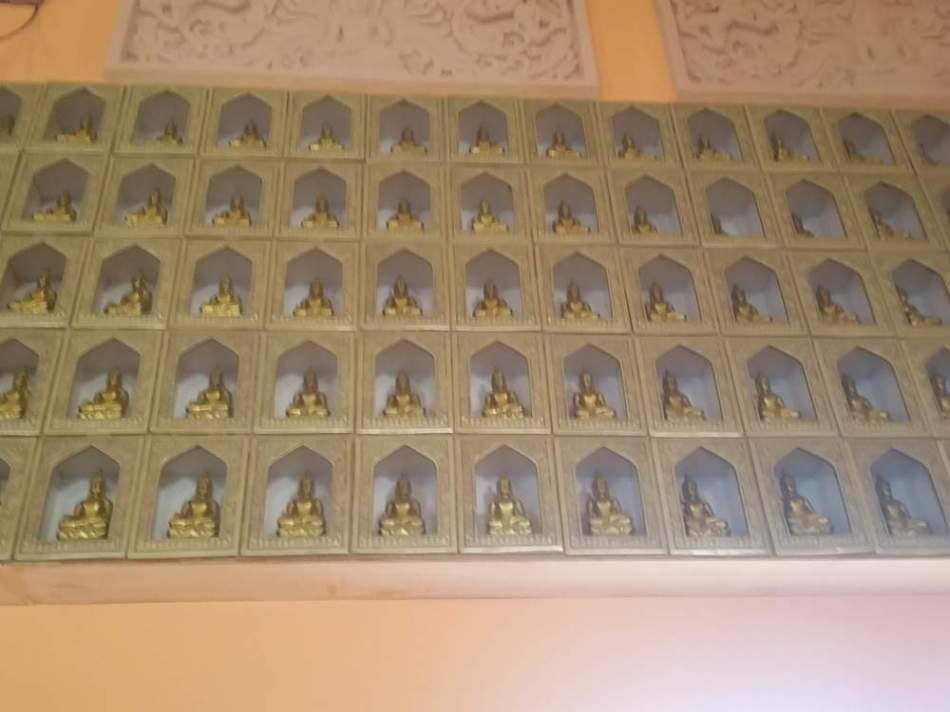 Dinding yang dipenuhi Miniatur Buddha