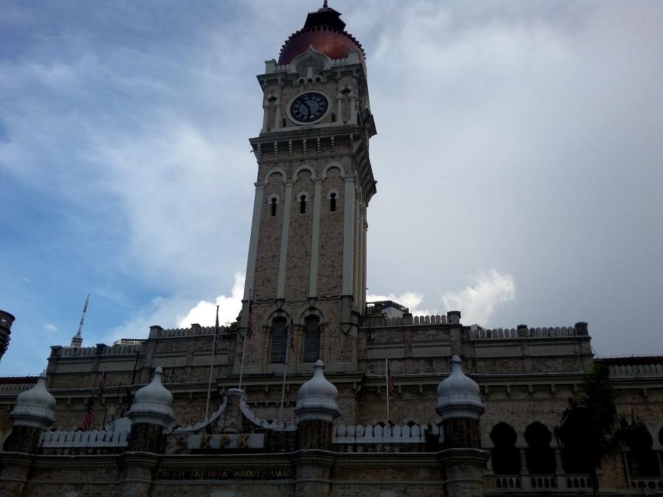 Jam di Puncak Menara