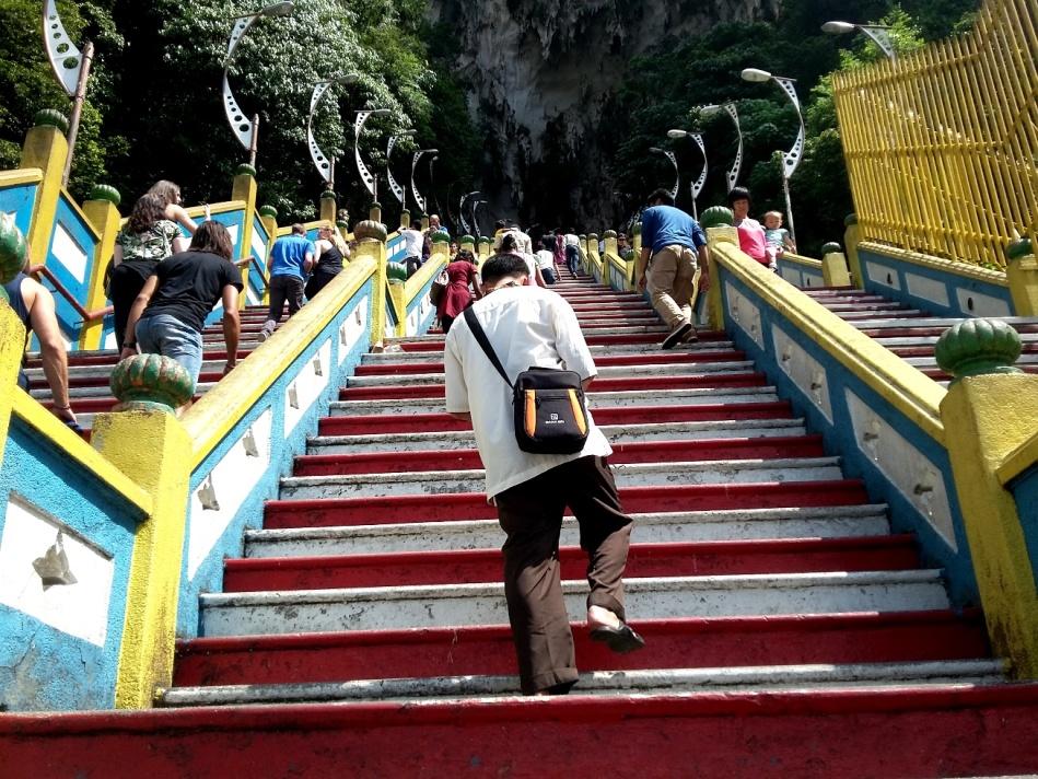 Kak Ellang dengan penuh perjuangan menghitung anak tangga