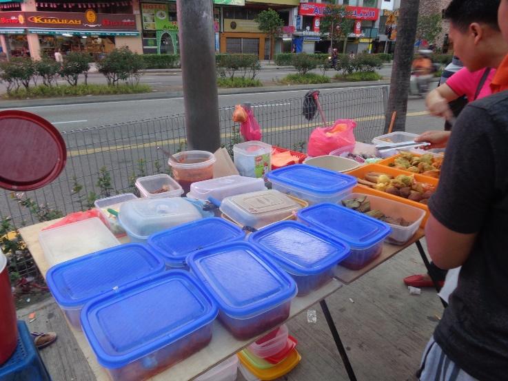 Jajan Kue-kuean di Depan Mini Market