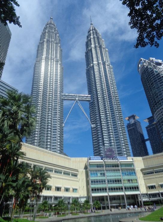 Twin Towers dari Halaman Depan, Keren