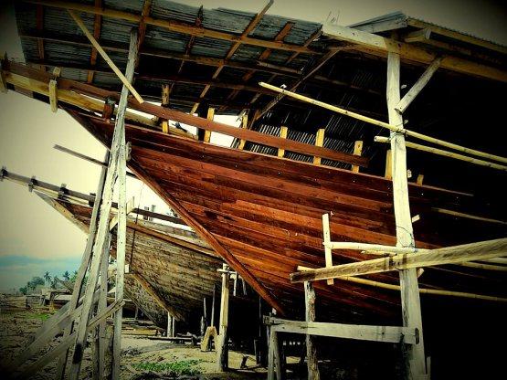 Kapal Phinisi yang sedang dikerjakan