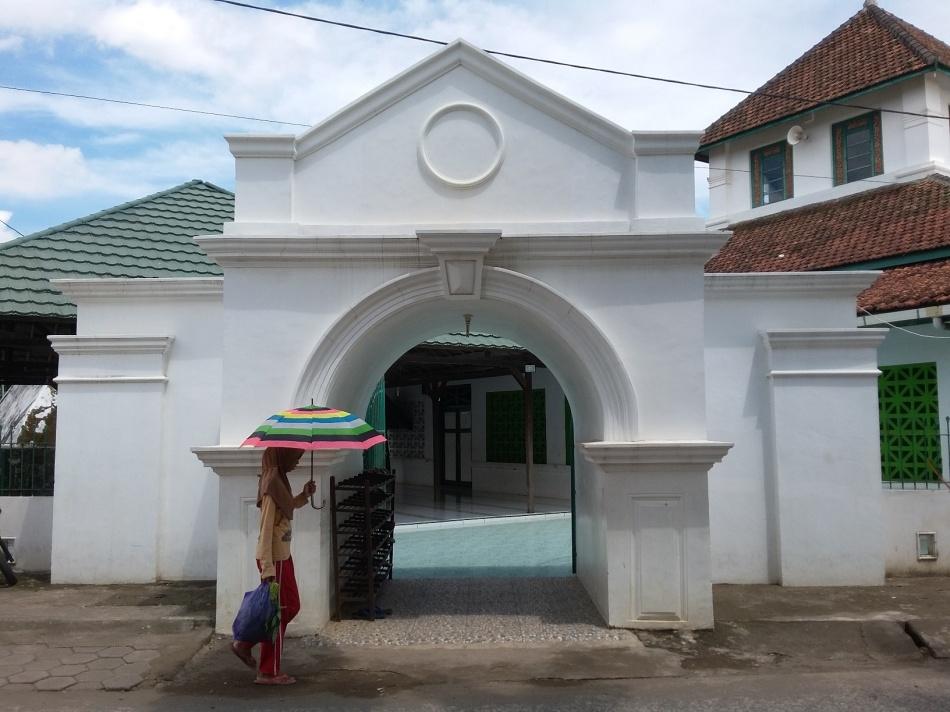 Gapura menuju halaman masjid